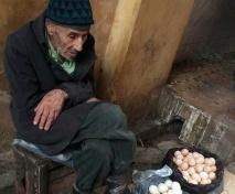 s-a-apropiat-de-un-batran-care-vindea-oua-pe-o-strada-din-iasi-o-femeie-cobori-dintr-o-masina-si-il-505723