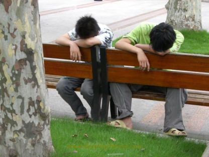chinese_people_will_sleep_anywhere_640_02